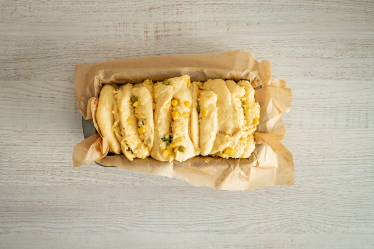 Odrywany chlebek z ziołami, serem, kukurydzą i groszkiem - Krok 5