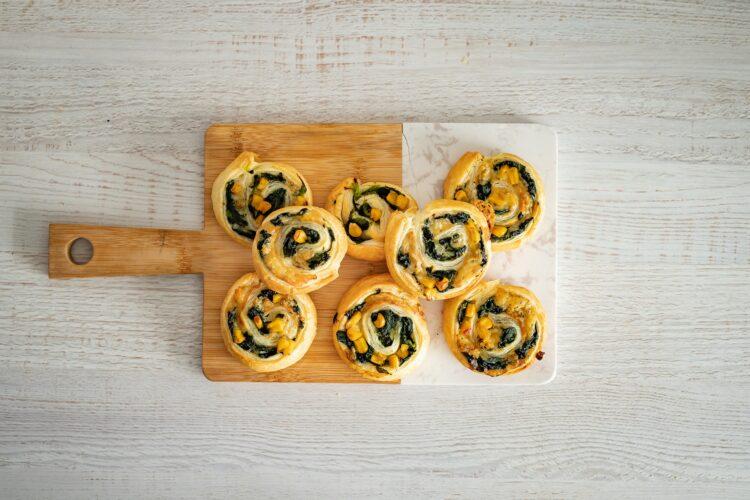 Åšlimaczki z ciasta francuskiego ze szpinakiem, kukurydzÄ… i gorgonzolÄ… - Krok 5