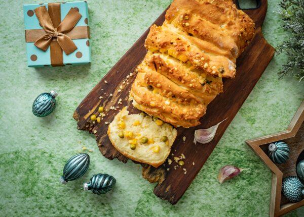 Odrywany chlebek z ziołami, serem, kukurydzą i groszkiem