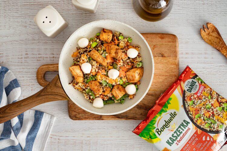 Kasza smażona z kurczakiem i warzywami oraz mozzarellą - Krok 5