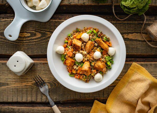Kasza smażona z kurczakiem i warzywami oraz mozzarellą
