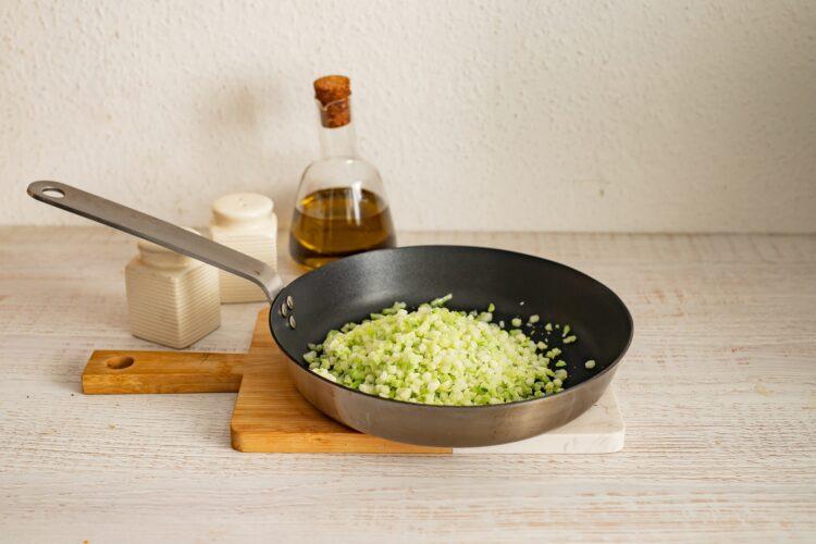 Pizza na brokułowym spodzie z salami i pieczoną papryką - Krok 1