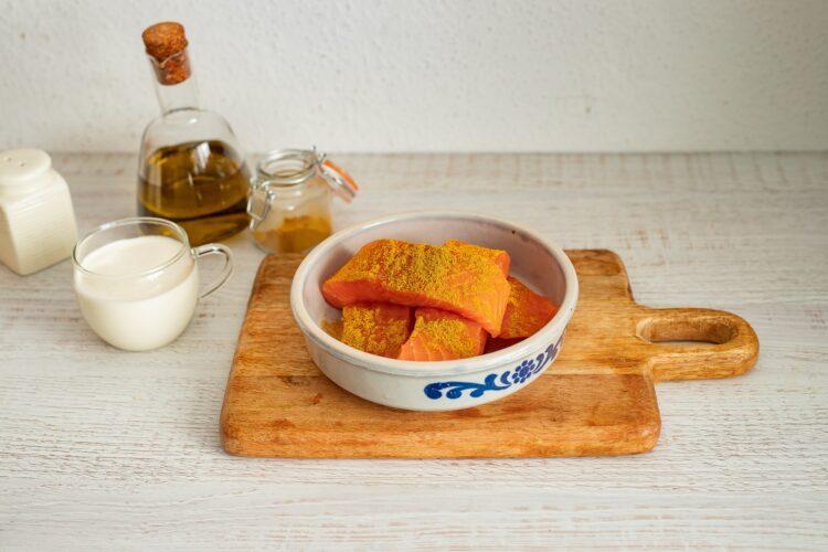 Łosoś w sosie curry ze szpinakiem i pomidorkami - Krok 2