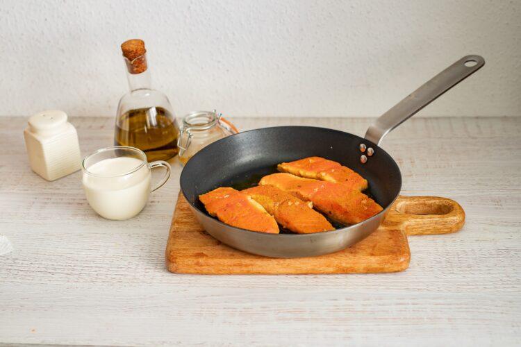 Łosoś w sosie curry ze szpinakiem i pomidorkami - Krok 3