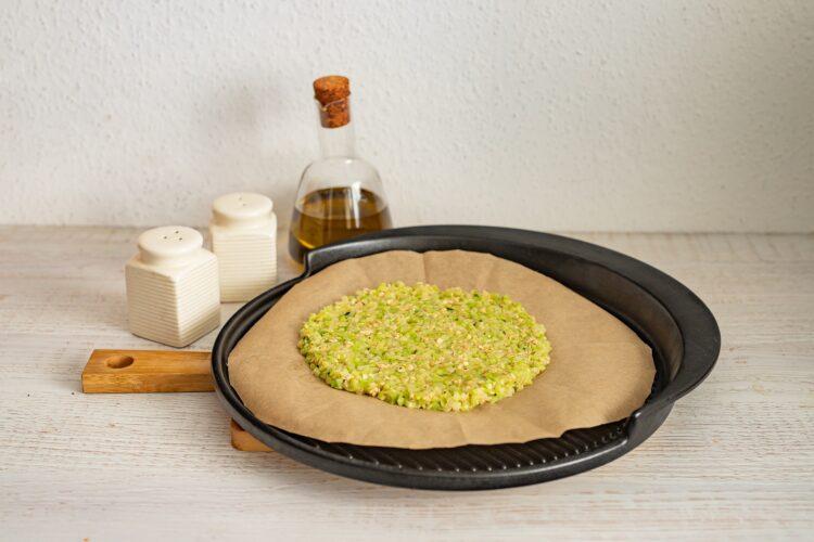 Pizza na brokułowym spodzie z salami i pieczoną papryką - Krok 3