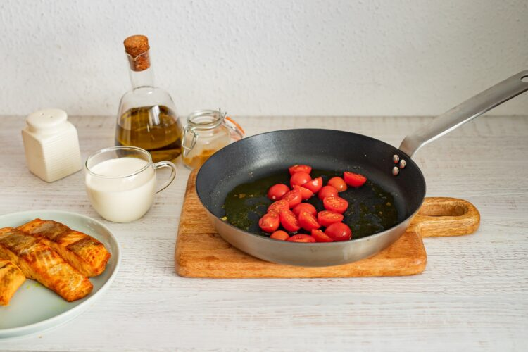 Łosoś w sosie curry ze szpinakiem i pomidorkami - Krok 4