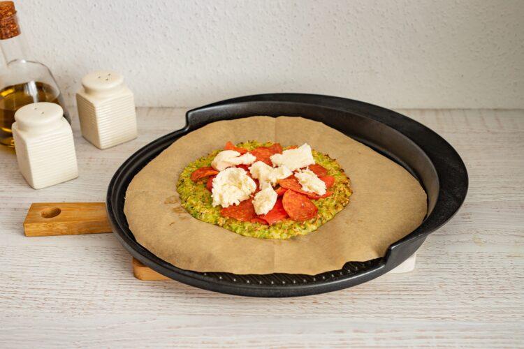 Pizza na brokułowym spodzie z salami i pieczoną papryką - Krok 4