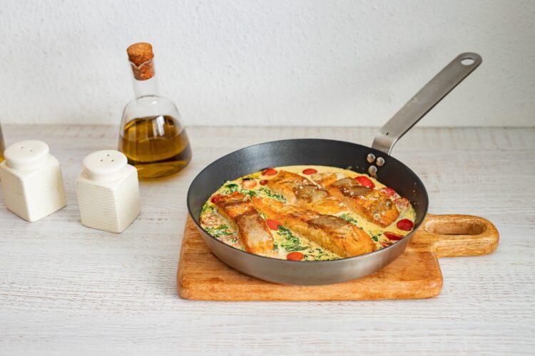 Łosoś w sosie curry ze szpinakiem i pomidorkami - Krok 5