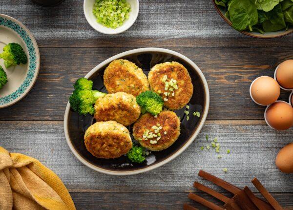 Kotlety jajeczne z brokułami w panierce