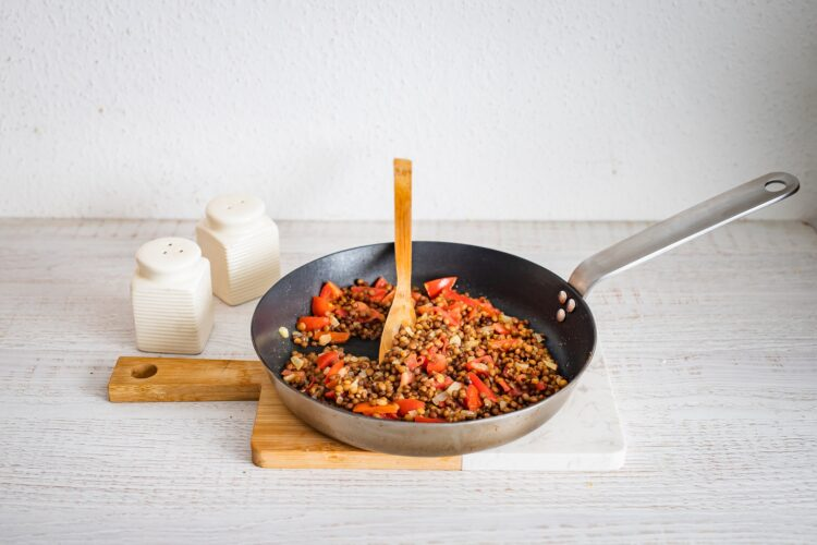 Drożdżowe rogaliki z soczewicą i pomidorami - Krok 1