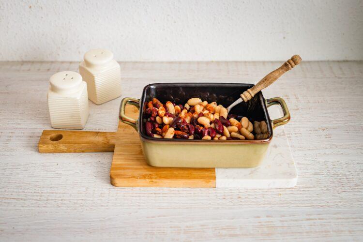 Pieczona fasola z suszonymi pomidorami i oliwkami - Krok 1