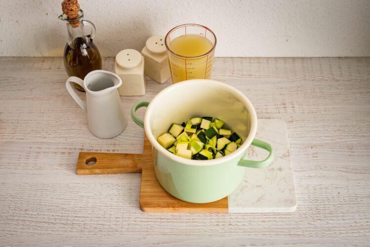 Zupa z cukinii z jajkiem i miksem fasoli z parmezanem - Krok 1