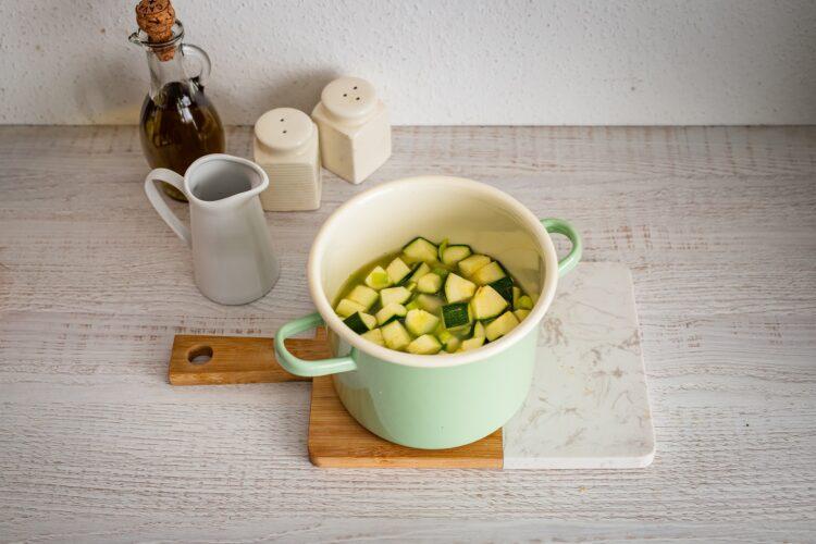 Zupa z cukinii z jajkiem i miksem fasoli z parmezanem - Krok 2