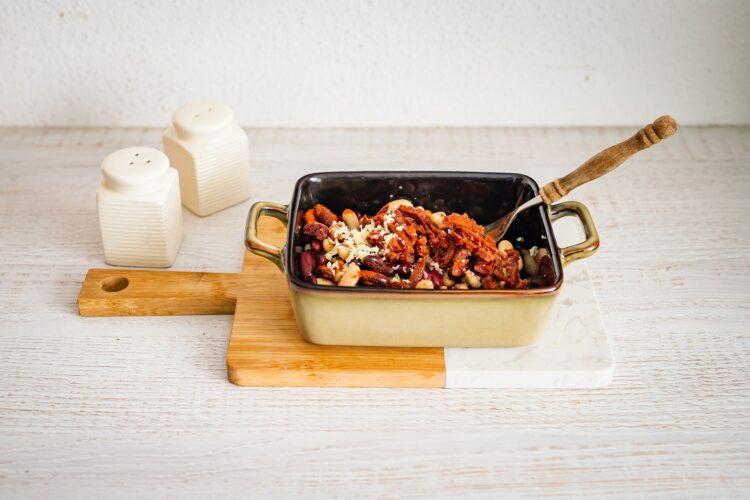Pieczona fasola z suszonymi pomidorami i oliwkami - Krok 3