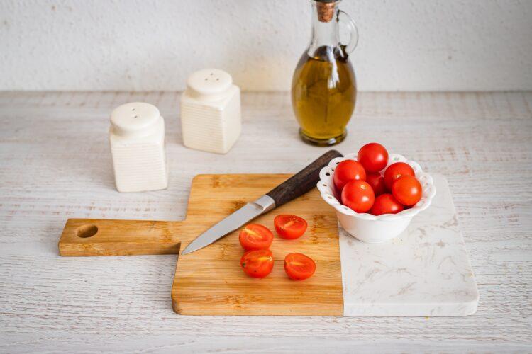 Sałatka z grillowanym łososiem, fasolą i pomidorami - Krok 3
