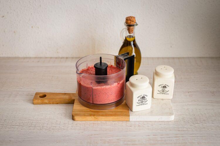 Pasta z czerwonej fasoli z buraczkami i chrzanem - Krok 3