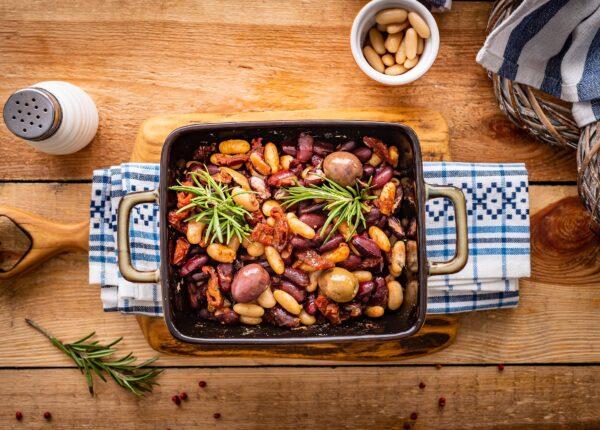 Pieczona fasola z suszonymi pomidorami i oliwkami