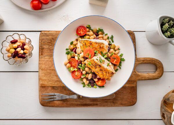 Sałatka z grillowanym łososiem, fasolą i pomidorami