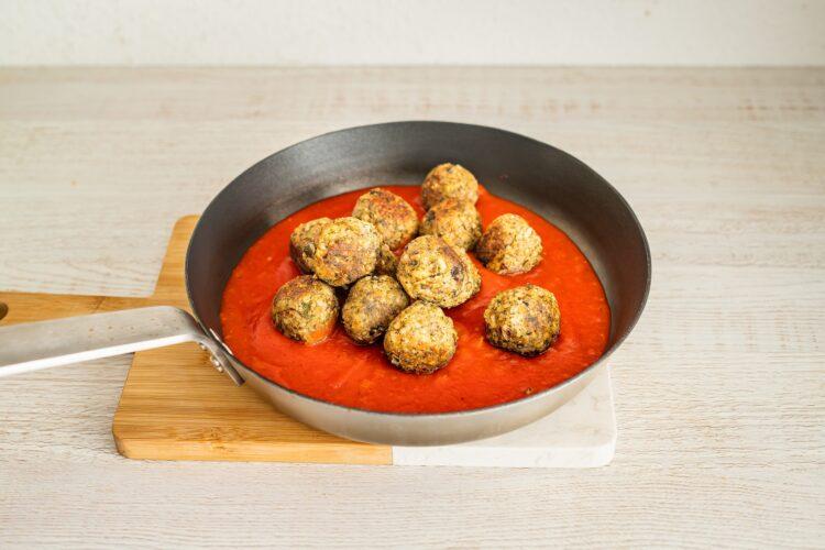 Gryczane klopsiki z borowikami w sosie pomidorowym - Krok 5