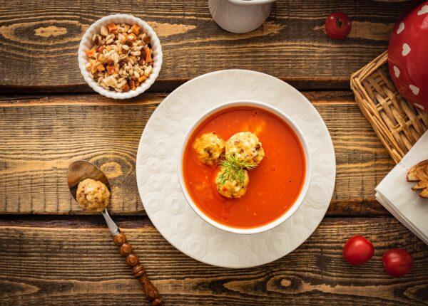 Klasyczna zupa pomidorowa z pulpecikami z soczewicy i kaszy